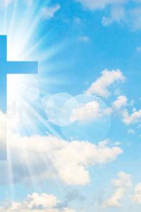 христианский-крест-кажется-ярким-в-небе-98534821